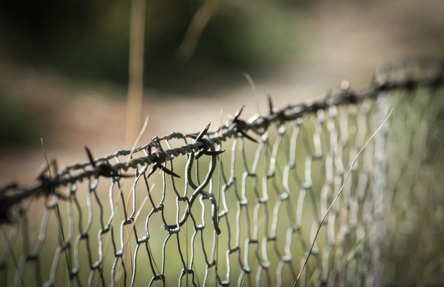 Vos droits : puis-je installer du fil barbelé pour protéger mon habitation des cambrioleurs ?