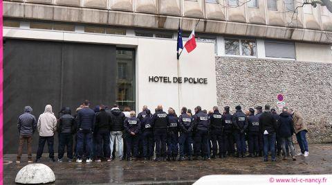 Nancy : action symbolique des policiers devant l'hôtel de police