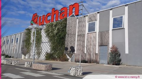 Auchan propose son aide aux commerçants et aux libraires touchés par la fermeture de leur magasin